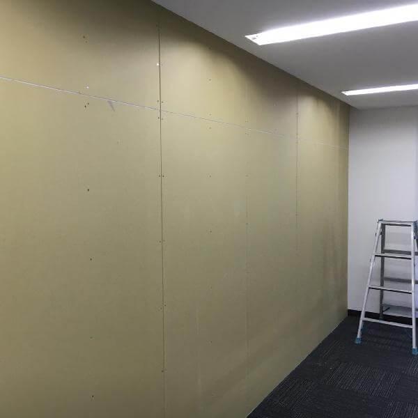 都内オフィスの壁間仕切り工事事例